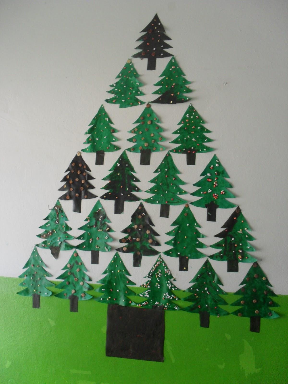 decoracao arvore de natal reciclavel : decoracao arvore de natal reciclavel:Árvore de mini pinheiros, as bolinhas foram feitas com sementes.