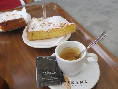 Kaffeepause mit gedecktem italienischen Mandelkuchen in Ostia Antica