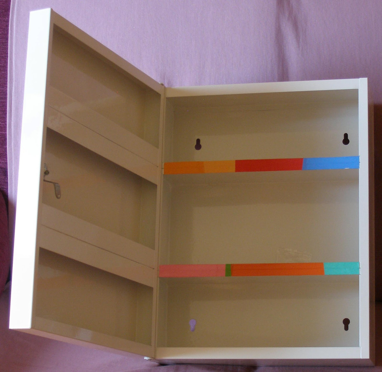 En total consta de cuatro estantes adecuados para botecitos y cajas de pequeño tamaño, y como se puede observar en la imagen, es posible colgarlo en la pared.