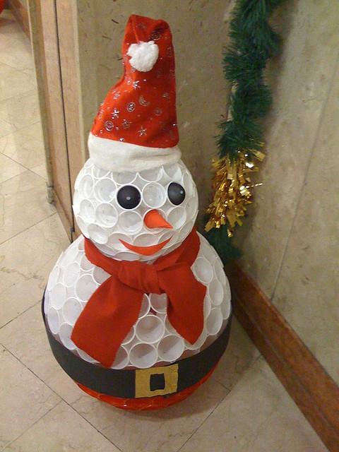Снеговик из стаканов своими руками
