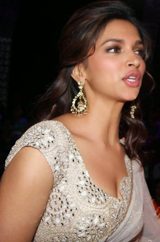 deepika padukone cleavage photo