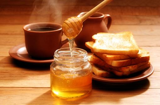 Mật ong có chứa đặc tính kháng khuẩn và giúp làm ẩm da.