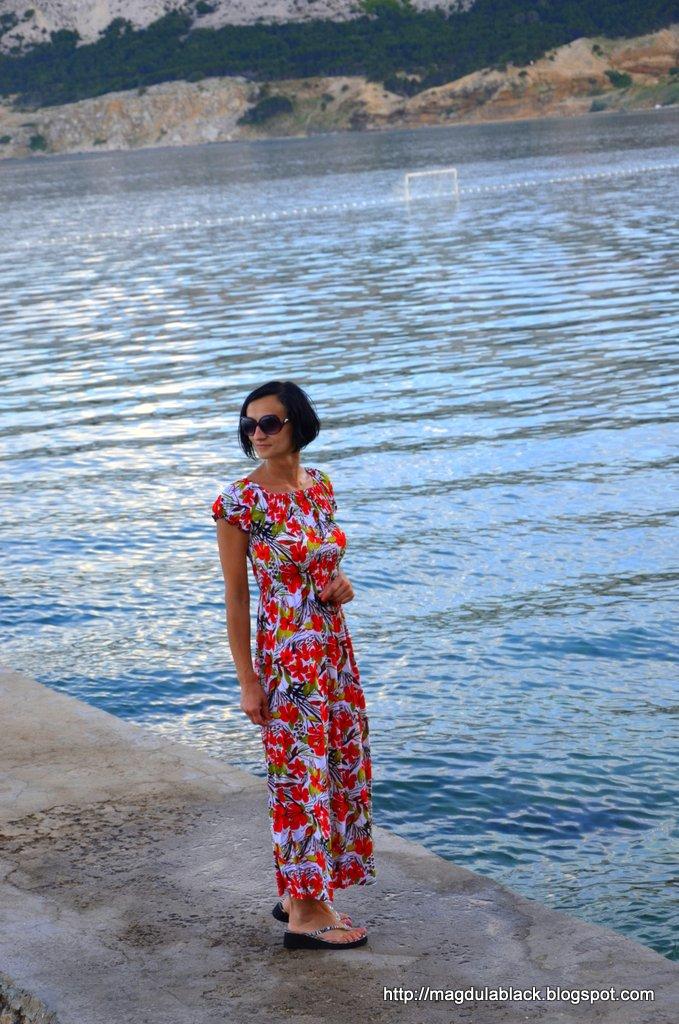 Maxi sukienka w kwiaty idealna na upały