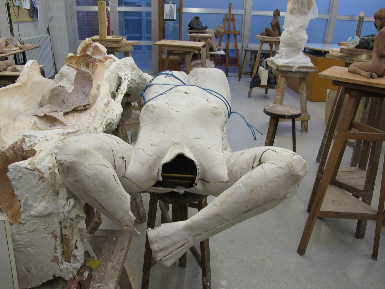 luego se puede masillar con estucos a base de escayolas para luego pulir y pintar al gusto del escultor esta tcnica es la que utilizan los maestros