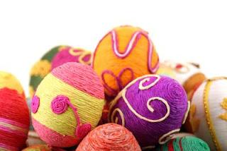 Ovos de Páscoa decorados com linha