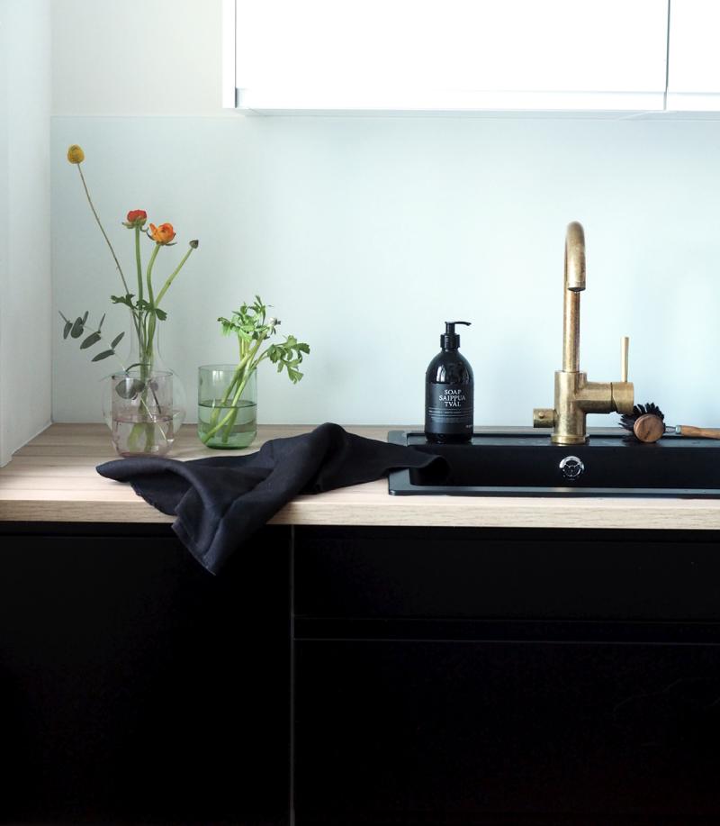 minimalistinen keittiö ja leikkokukat