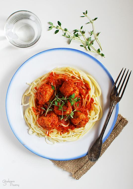 Klopsiki z czerwonej soczewicy i kaszy jaglanej w sosie pomidorowym