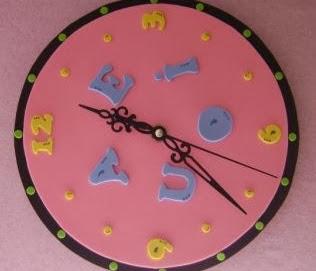 http://todomanualidades-admin.blogspot.com.es/2011/05/reloj-de-goma-eva-numeros-y-letras.html