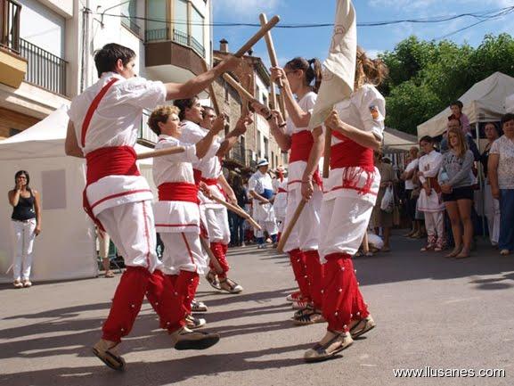 Bastoners de Malla dansant el ball de bastons