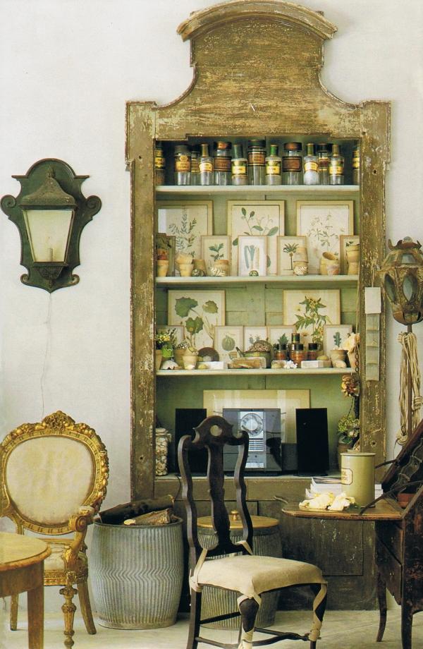 antigua alacena de madera decapada con colecciones de objetos
