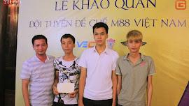 Game thủ hân hoan nhận thưởng sau giải Trung Việt 2016
