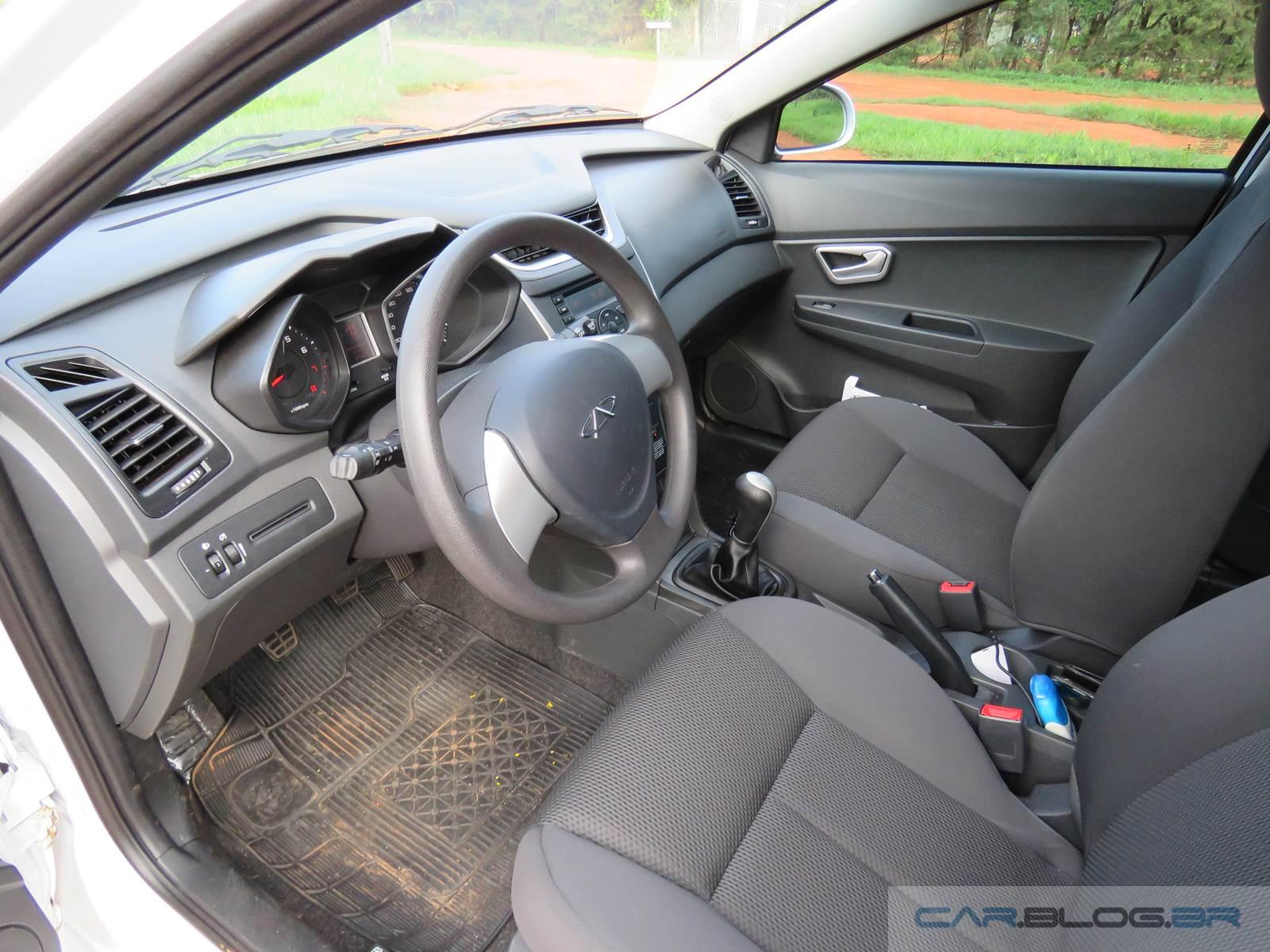 Chevrolet Onix 1.0 2016 x Chery Celer 1.5 Flex - espaço interno dianteiro