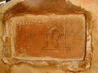 Detall de la làpida superior de Sant Pere de Valldeneu