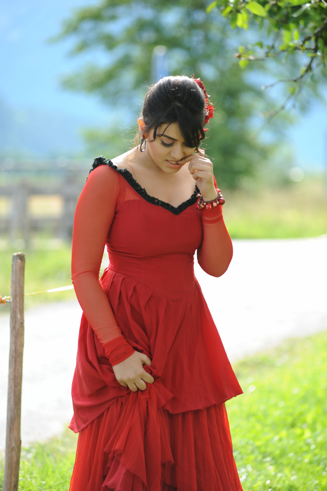 http://3.bp.blogspot.com/-bP8Zhj8FnCk/TkehGJdNfFI/AAAAAAAAEY8/wH9TvebbAAI/s1600/Hansika-Motwani-wallpaper-nice_smile_long_legs_mily_legs%2B%25286%2529.jpg