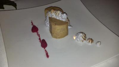 Foie con merengue de frambuesa deshidratada y puré de manzana