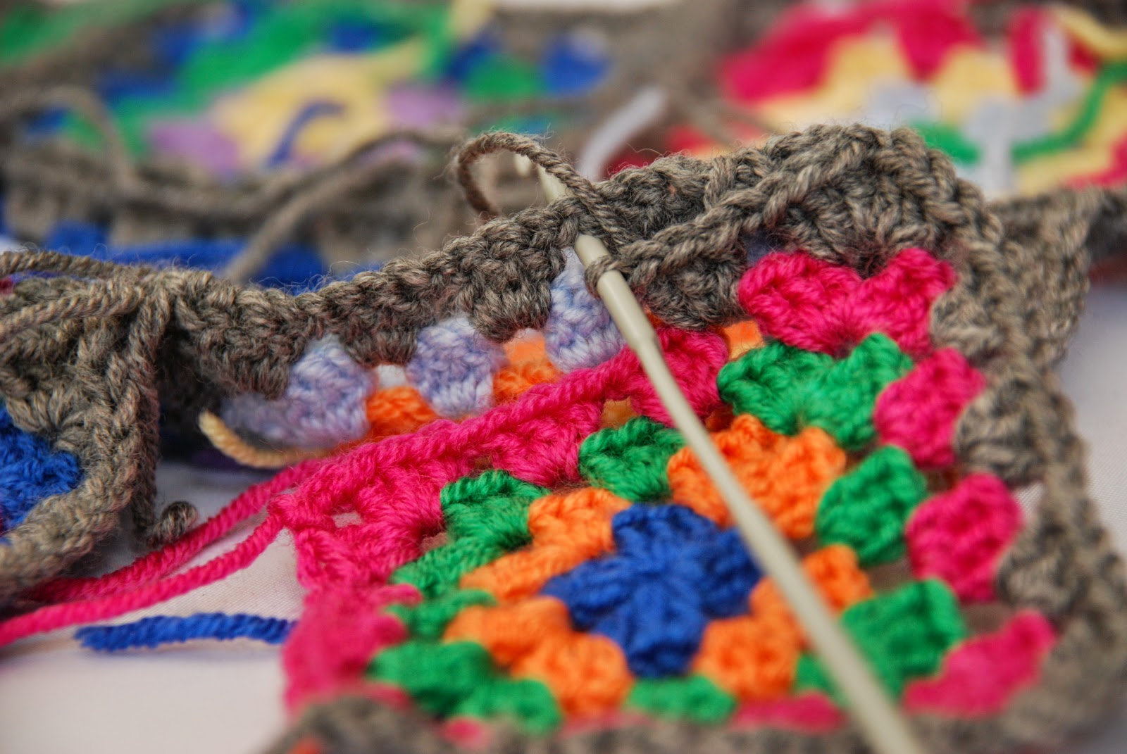 Granny square pattern tutorial: image of joining squares
