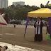 Igreja faz cultos na frente da casa do presidente após ter templo fechado