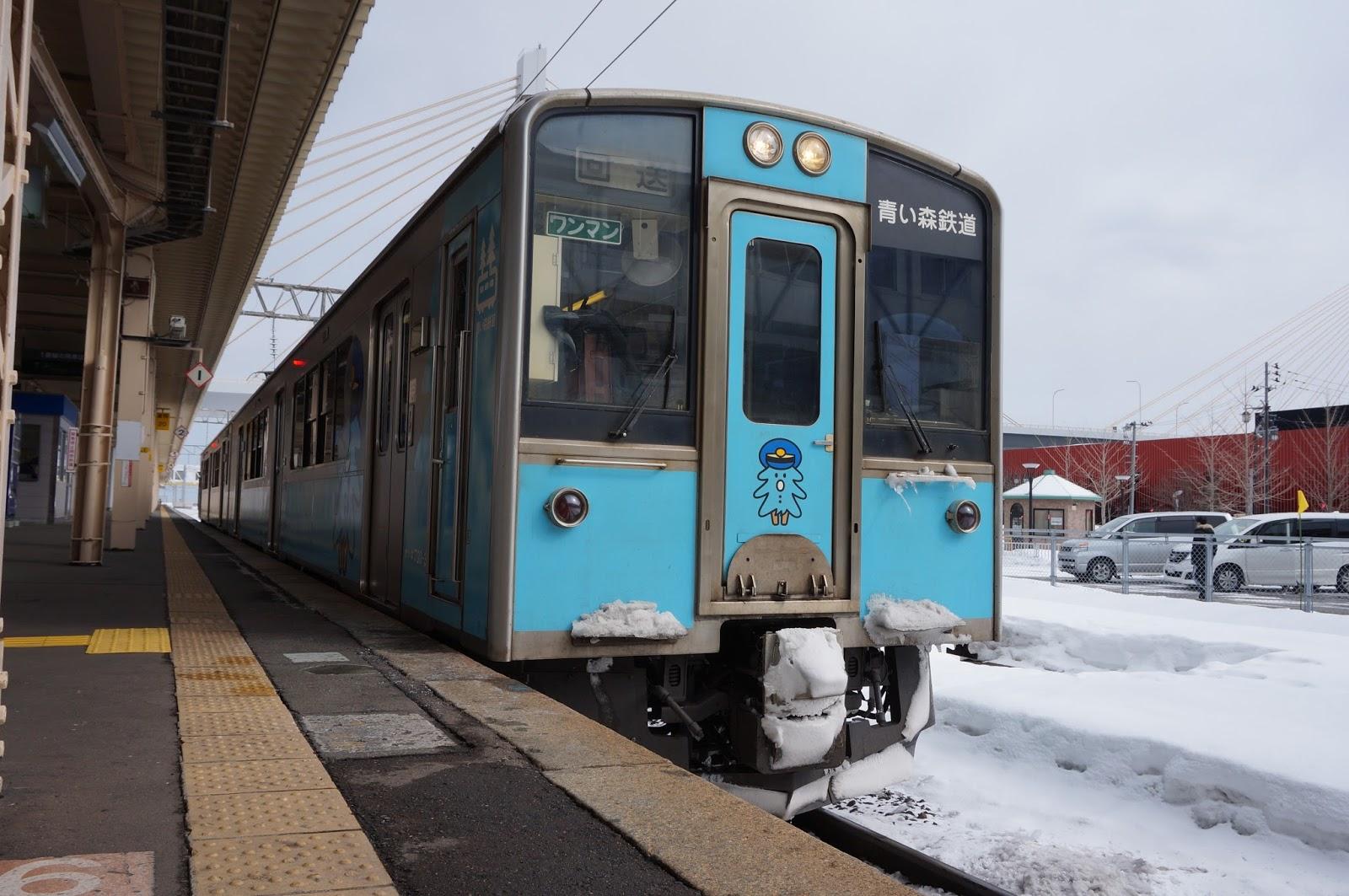 青森駅停車中の青い森701系