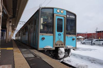 青森駅に停車中の青い森701系
