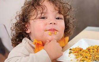 Tips / Cara  Anak Belajar Makan Sendiri