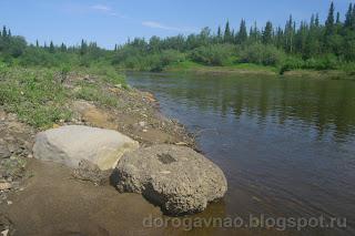 Каменные глыбы могут быть в любом месте, как мины, река Шапкина