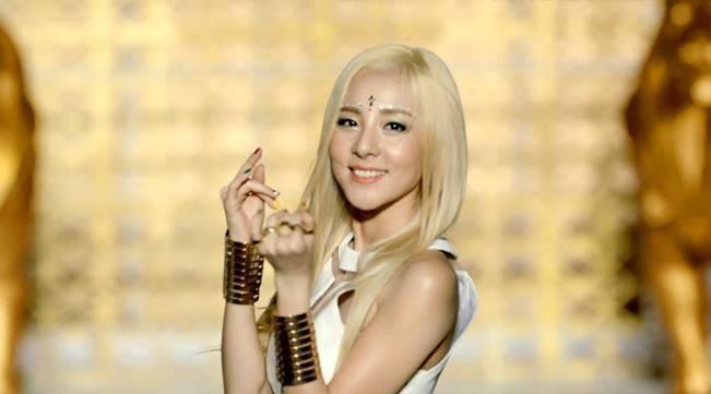 Simple Life: Dara 2NE1 punya cowok idaman baru. Dara Falling In Love Nails