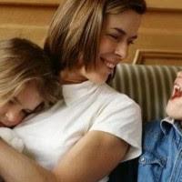 Une étude récente a suggéré que beaucoup de nouveaux parents et surtout les mamans augmentent la quantité de temps qu'ils passent sur FB après la naissance de leurs bébés.  L'étude a démontré que 44% des mamans ont admit qu'elles ont augmenté leur utilisation de fb après l'accouchement contre 27% qui ont déclaré le contraire. 29% des femmes interrogés ont confirmé que la quantité de temps passée sur le réseau social est restée la même. Toutefois, 98% des mamans ont affirmé qu'elles avaient téléchargé des photos de leurs nouveaux nés sur le réseau social.
