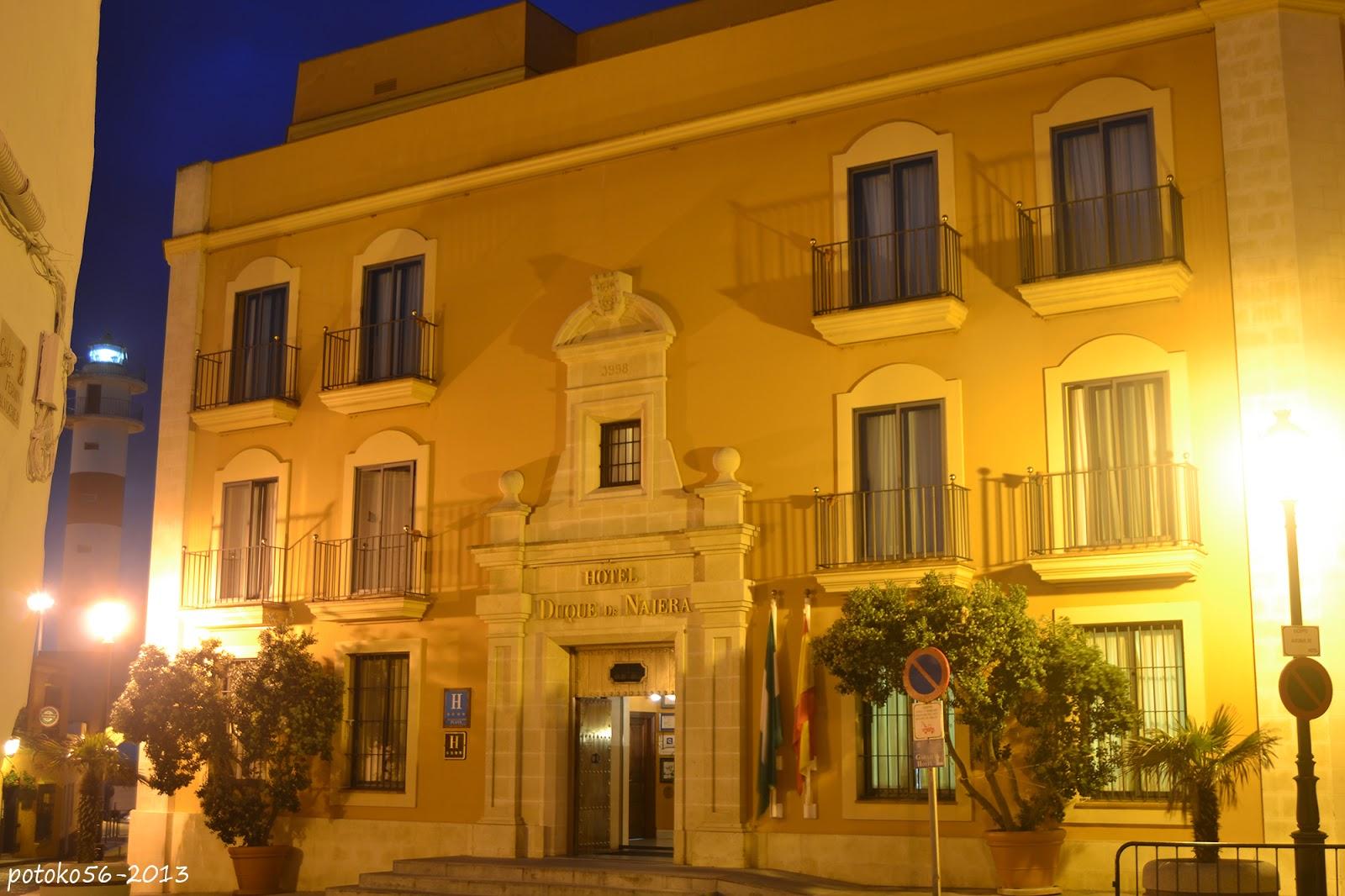 Fachada del Hotel Duque de Najera**** y el Faro