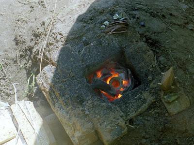 бронза расплавленная в тигле в плавильном горне