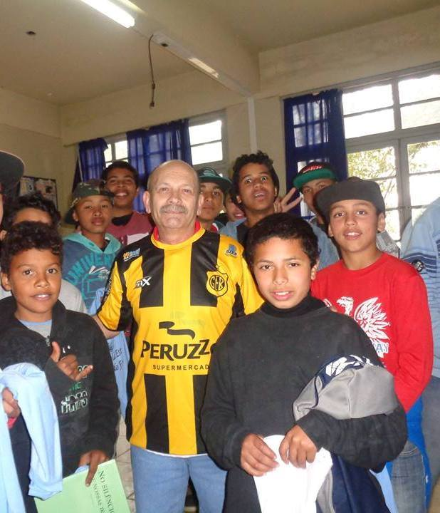Manoel Ianzer com a camisa do Bagé - Escola Arnaldo Faria