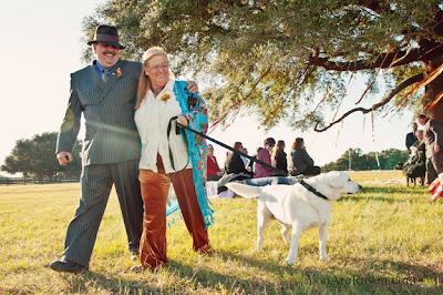esposos maduros con su perro en matrimonio