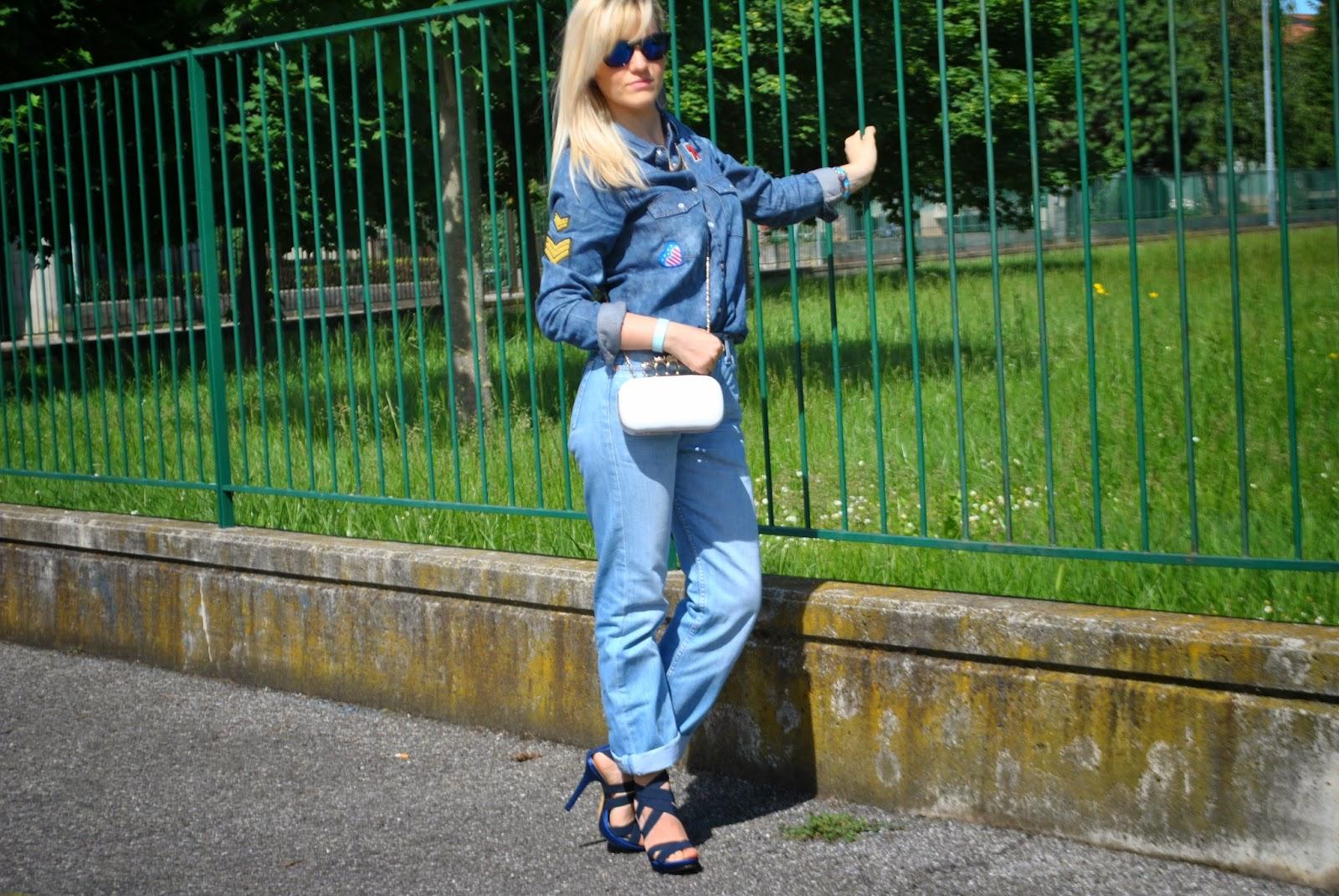 outfit denim outfit levi's 501 come indossare un vecchio paio di jeans come abbinare un veccio paio di jeans come indossare un vecchio paio di levi's 501 jeans arrotolati alle caviglie camicia in denim con stemmi cuciti camicia di jeans pimkie camicia in denim pimkie bracciale azzurro il centimetro clutch modello alexander mcqueen con teschio outfit borsa bianca jeans e tacchi outfit jeans e tacchi outfit primavera 2014 outfit primaverili fashion blogger italiane milano colorblock by felym blog di moda di mariafelicia magno outfit colorblock by felym outfit mariafelicia magno outfit maggio 2014 mariafelicia magno blogger di colorblock by felym occhiali da sole con lenti a specchio azzurre ragazze bionde outfit denim total look denim outfit jeans camicia in denim e tacchi alti bracciale catena oro e filo