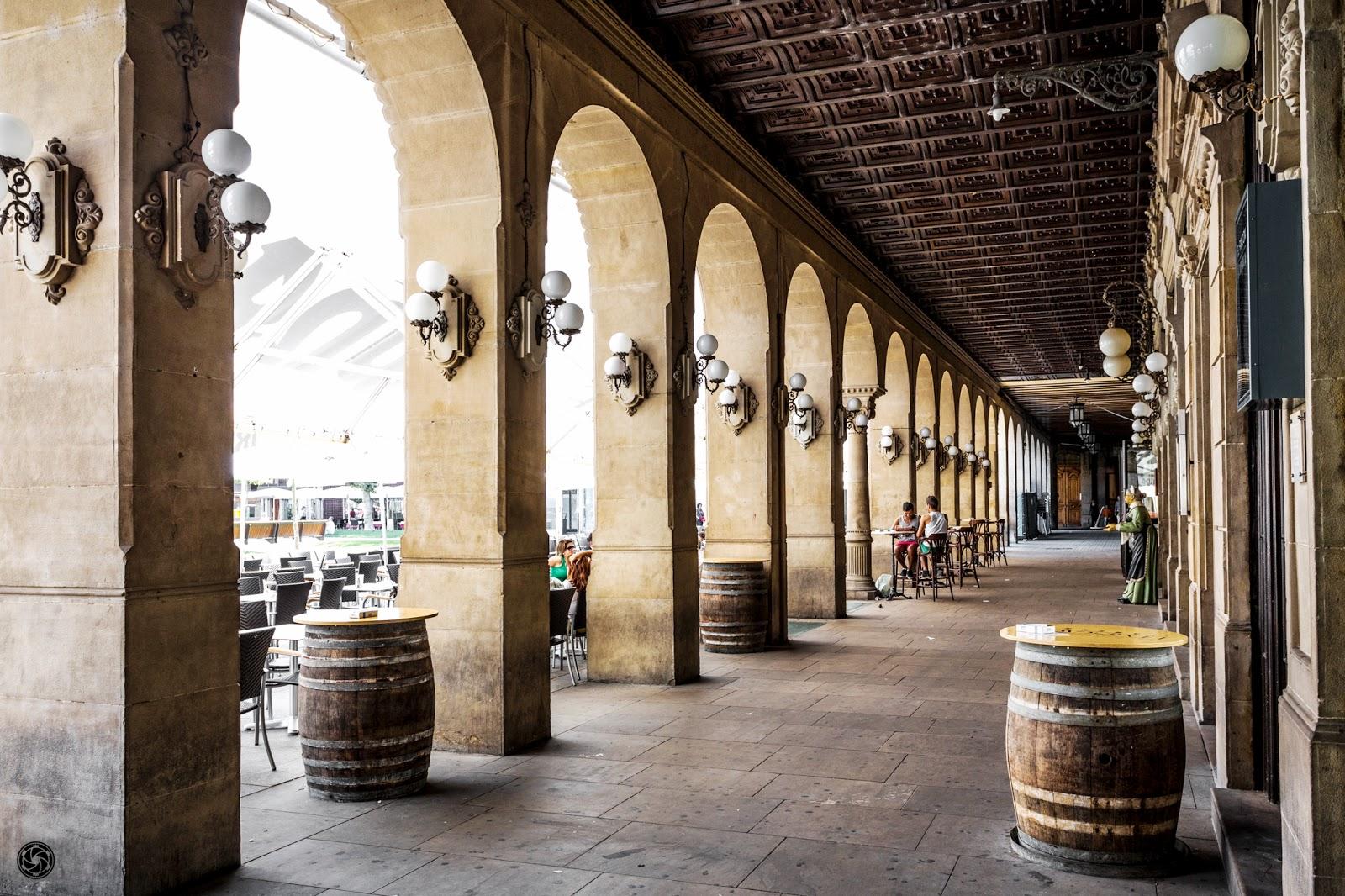 Acceso al café Iruña desde los soportales de la Plaza Castillo :: Canon EOS 5D MkIII | ISO800 | Canon 17-40 @29mm | f/6.3 | 1/100s