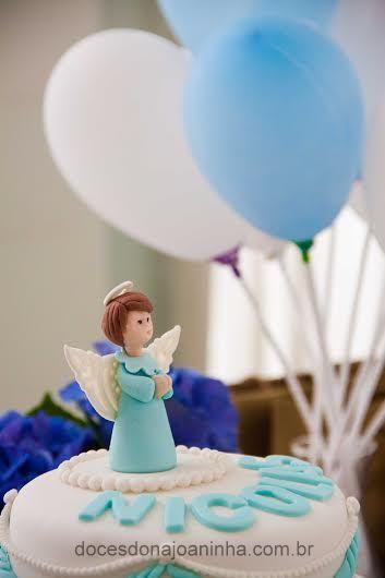 Bolo decorado para Batizado com Anjinho em azul e branco