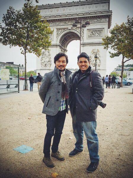 """Anwar Abdullah (Kaio) bersama Anuar Zain di Paris berlatar belakangkan"""" Arc de Triomphe"""""""