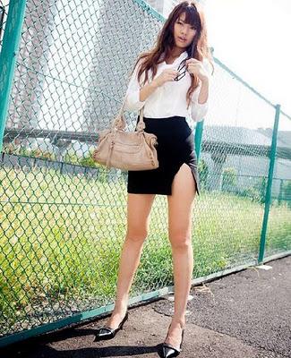 http://majalahgelap.blogspot.com/2013/04/foto-bugil-sekretasi-seksi-melepas-baju.html