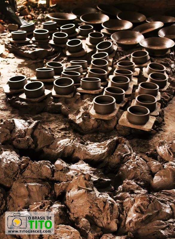 Matéria prima e objetos de cerâmica recém criados