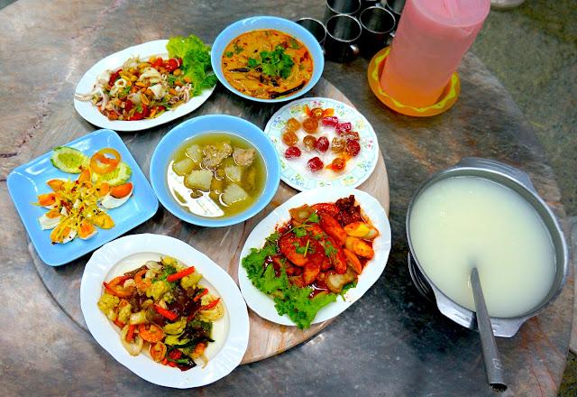 Déjeuner gratuit sur l'aire d'autoroute en Thailande