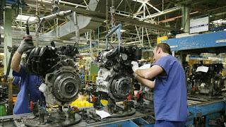 ¿Son altos los costes laborales en España? El 'think tank' de la CEOE cree que sí y el de las Cajas de Ahorros que no