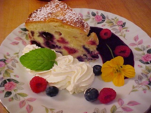 Gâteau bundt aux framboises et aux bleuets