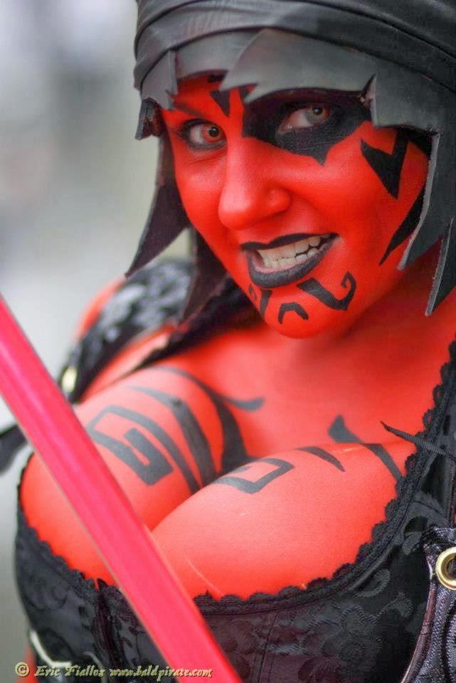 cosplay darth draven avec decolleté généreux et body paint rouge