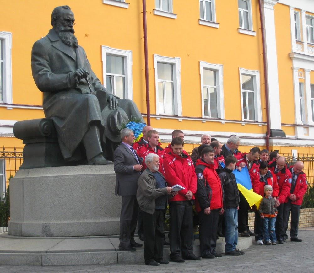полярники у памятника Грушевскому