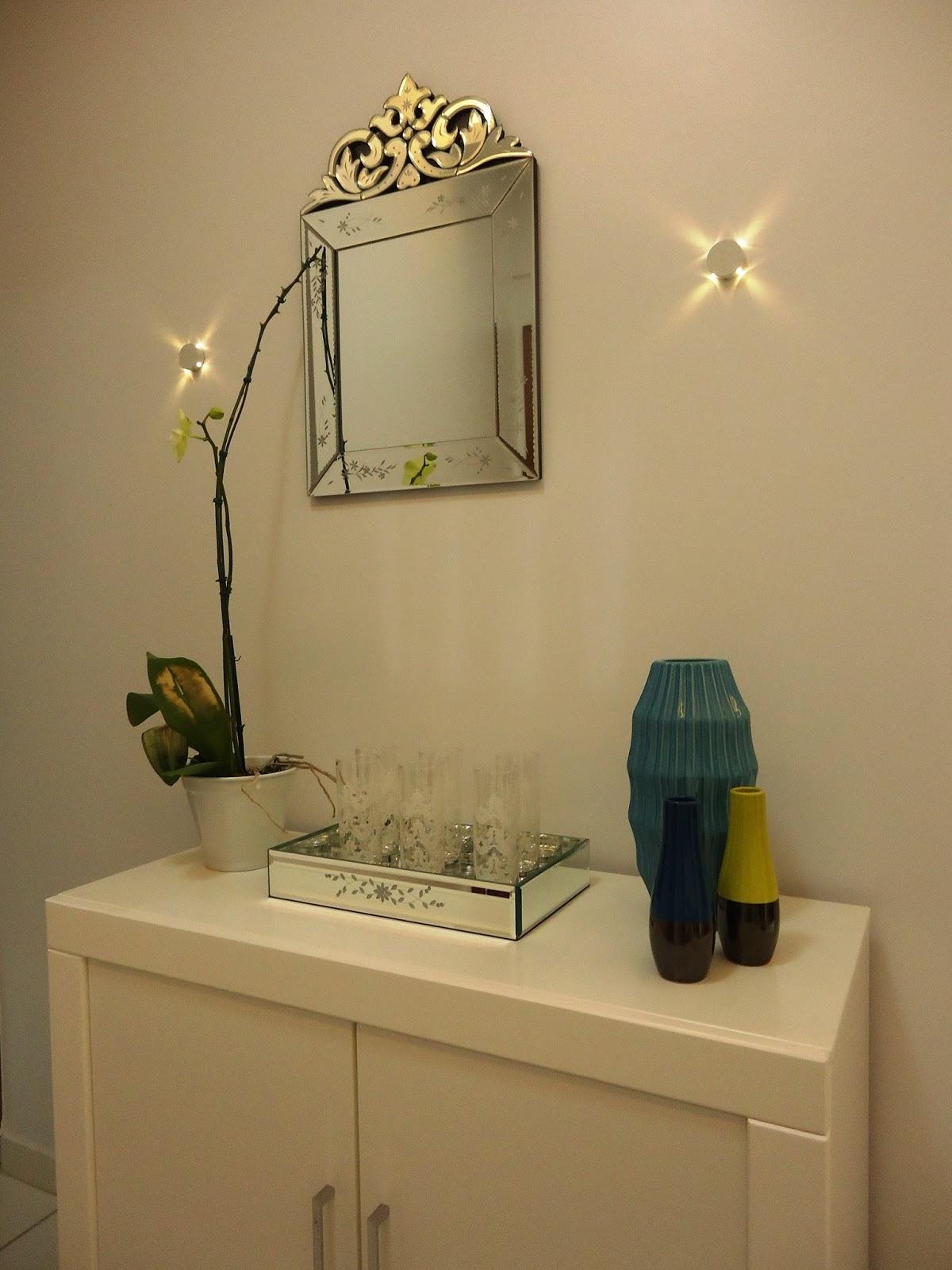 Hall de Entrada: Espelho Veneziano e arandelas compõe com o aparador #AC991F 1200x1600