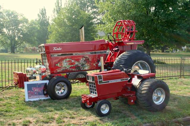 Tractor Pulling Tractor : The little tractor co august