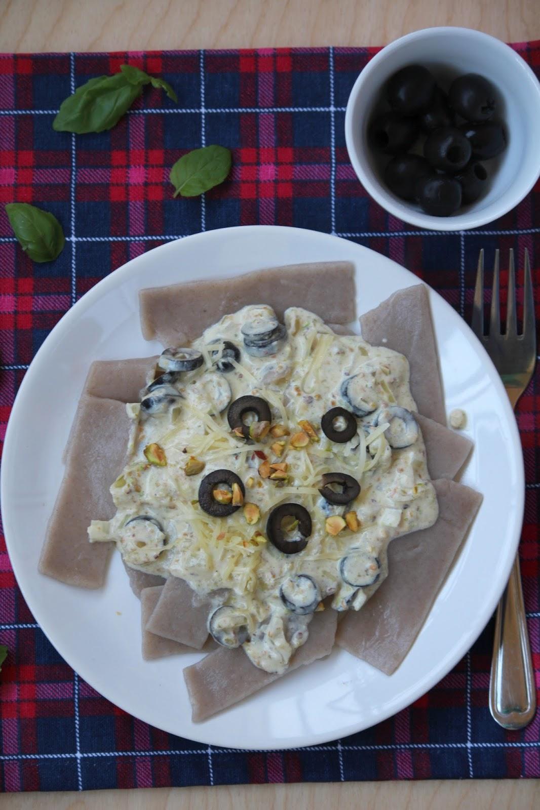 Makaron gryczany z pistacjami i czarnymi oliwkami