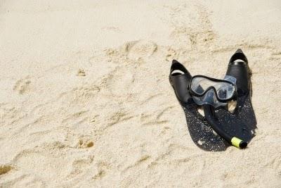 Playa con aletas y mascara de buceo