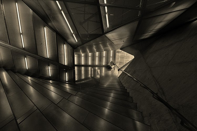 Escadaria com cadeirão ao fundo. Arquitectura a simular um cristal