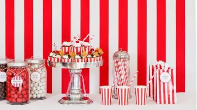 pratos, quardanapos, canudos listrados vermelhos circo
