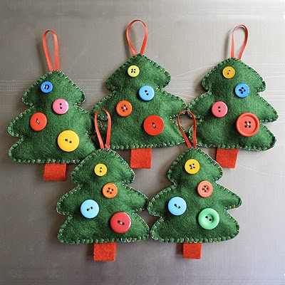 http://www.helenmakesthings.co.uk/2011/10/handmade-christmas-decorations-i-didnt-make-these-but/