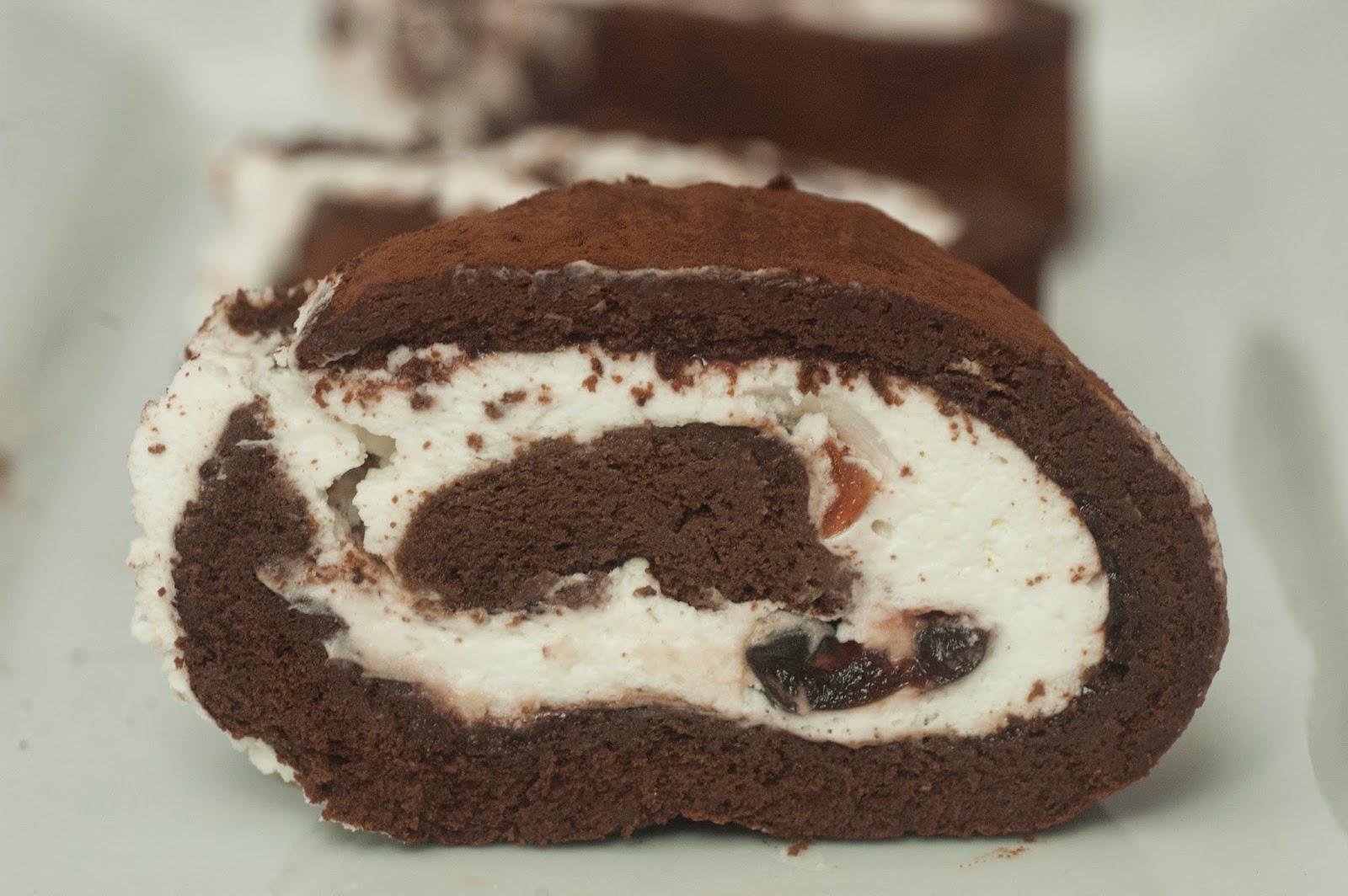 רולדת שוקולד במילוי קצפת ודובדבני אמרנה